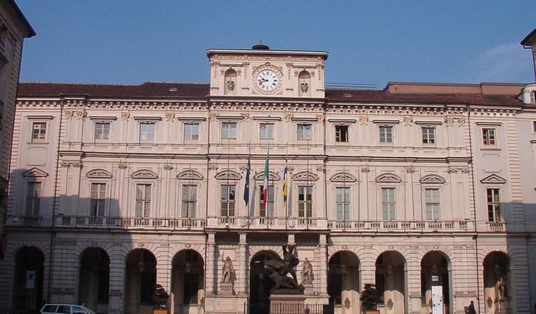 Dramma a Torino: donna precipita dal palazzo del Municipio