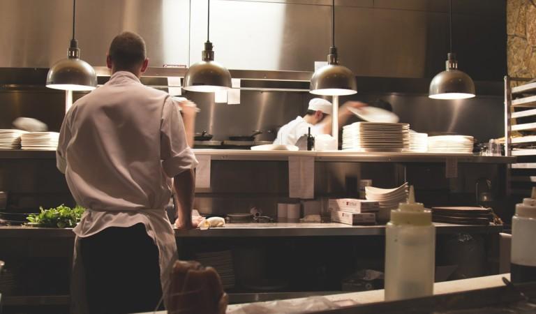 Alimenti scaduti e formiche: denunciato ristorante torinese