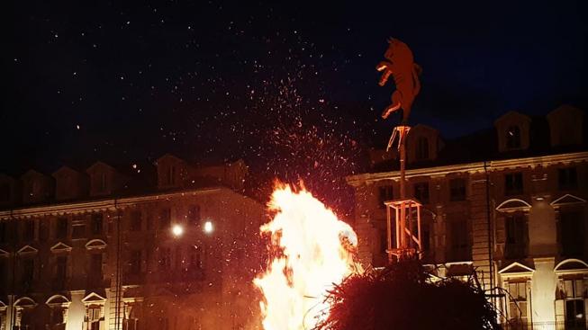 """Il Farò di San Giovanni è caduto verso Porta Nuova: """"sarà un anno propizio per Torino"""""""