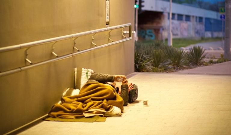 La scarcerano ma non sa dove andare: 20enne dorme davanti al carcere