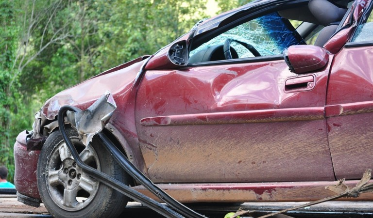 Si ferma per prestare soccorso dopo un incidente: un'auto pirata lo investe