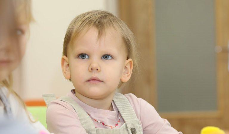 Bambine non vaccinate fuori dalla scuola. Mamma continua lo sciopero della fame