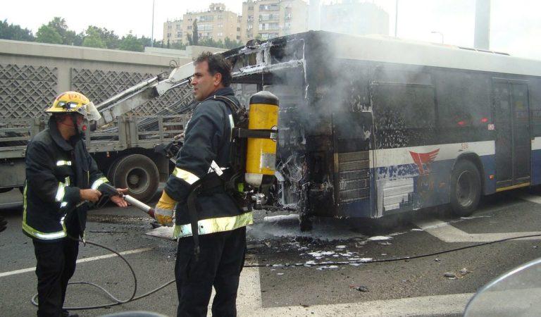 Si apre un'altra voragine nell'asfalto: bus finisce contro le auto