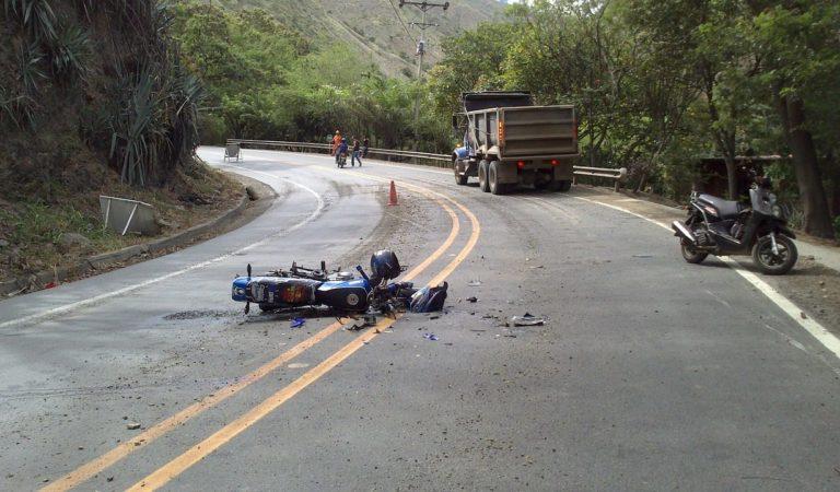 Motociclista si scontra con un trattore