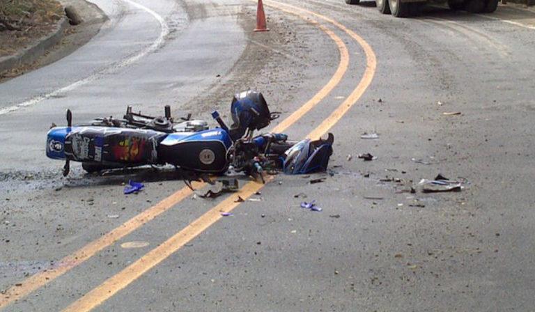 Moto si schianta contro auto: morto un 24enne
