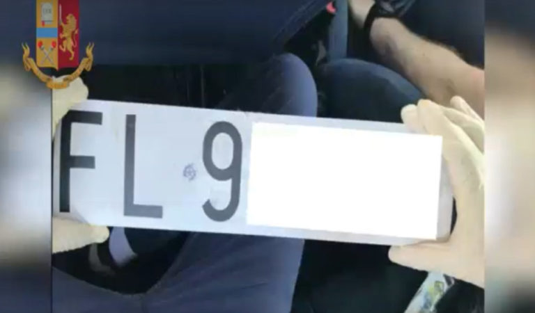 Rubano auto della Polizia: agenti scovano traffico illecito (VIDEO)