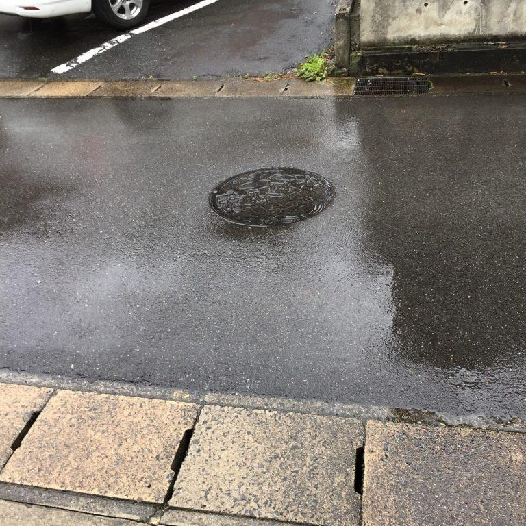 Voragine in asfalto, auto incastrata
