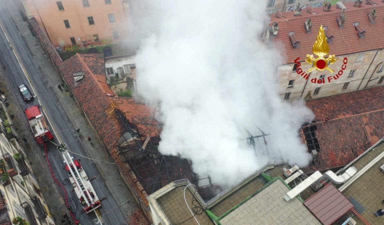 Torino, la Cavallerizza Reale va a fuoco: l'incendio in video