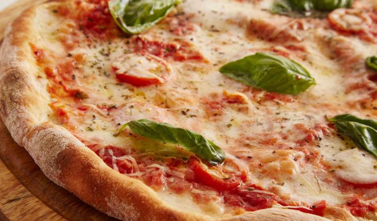 Cibo mal conservato e dipendenti in nero: maxi multa al bar pizzeria