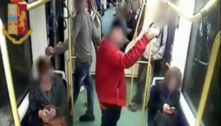 Torino, scippata una donna in tram: il video