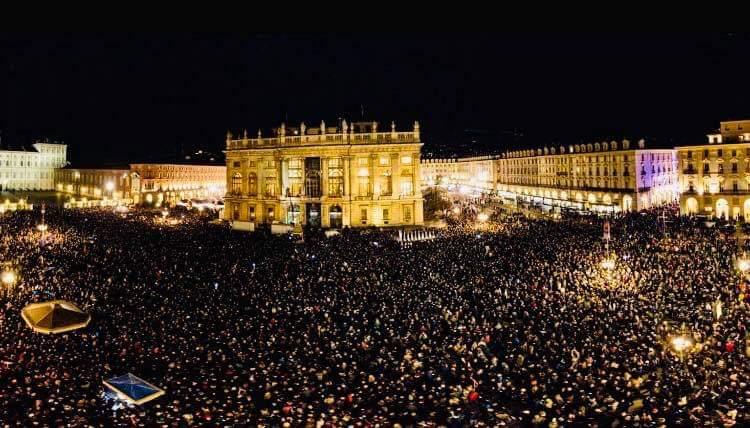 Grande successo per le sardine: migliaia in piazza a Torino