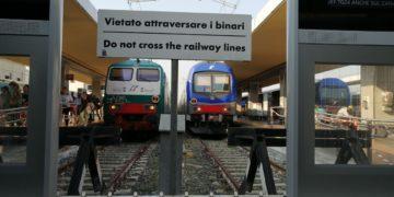 si aggrappa alla motrice del treno Vercelli