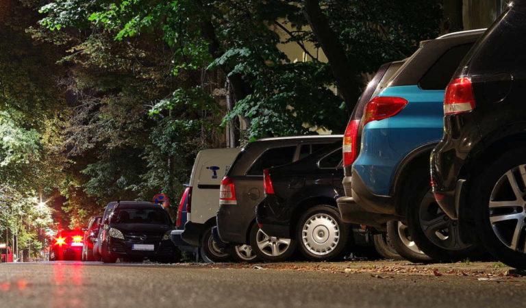Torino, attenzione all'uomo che riga le auto in sosta (vietata)