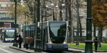 Tram in retromarcia urta auto dei vigili