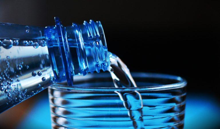 Meglio l'acqua del rubinetto o l'acqua dalla bottiglia?