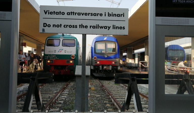 Il treno? E' solo per i ricchi. I «cartelli» comparsi sul treno Torino-Susa