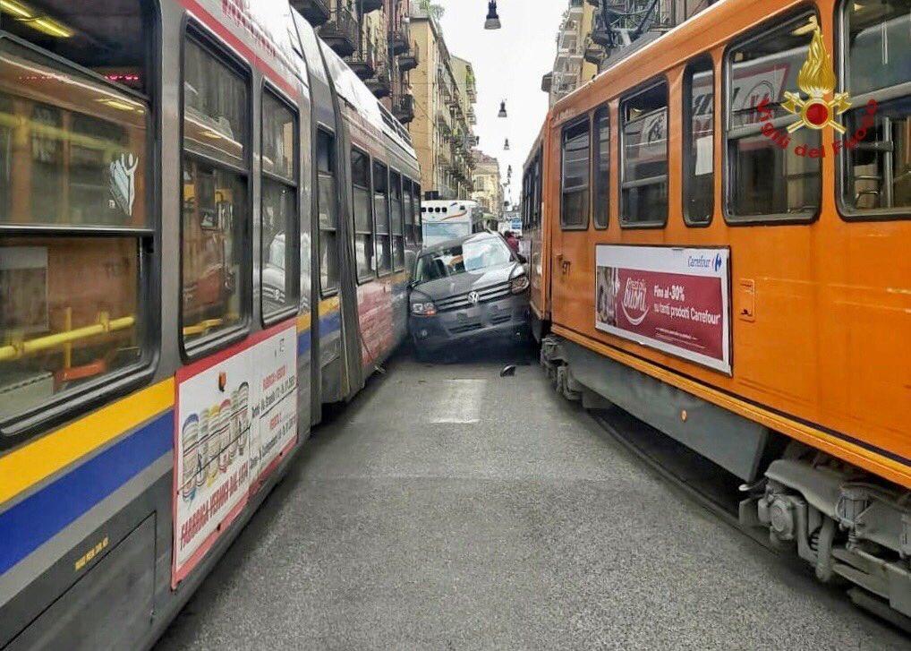Auto incastrata tra due tram a Torino