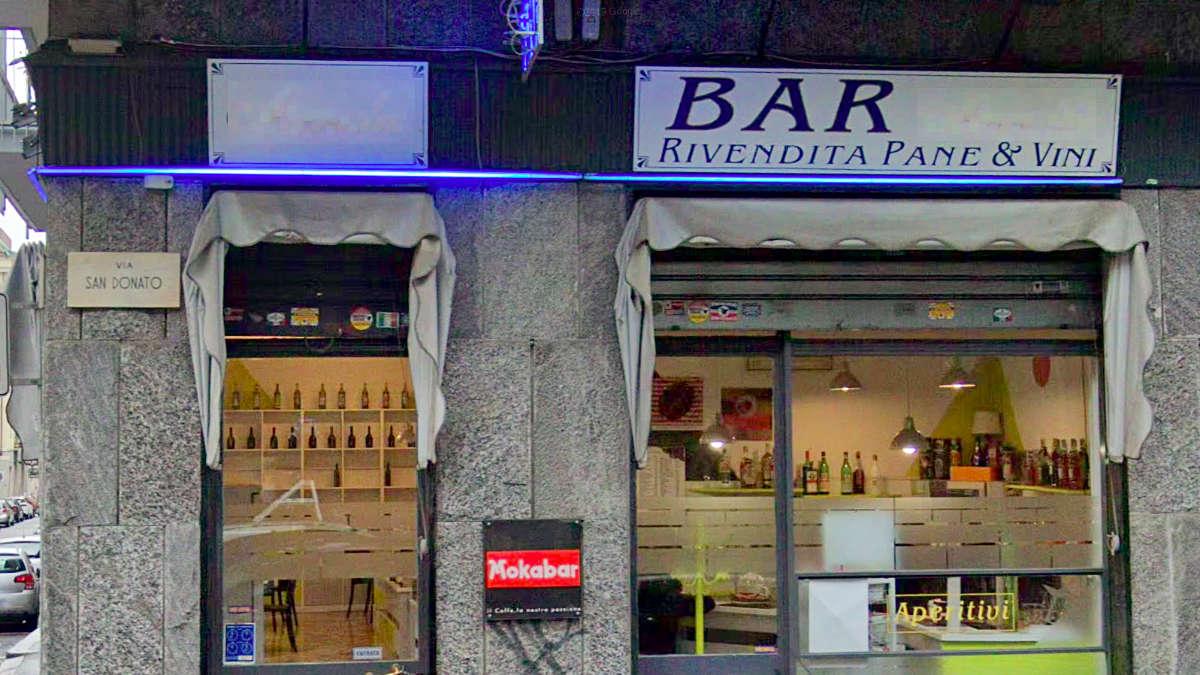 Donna entra nel bar e accoltella il titolare