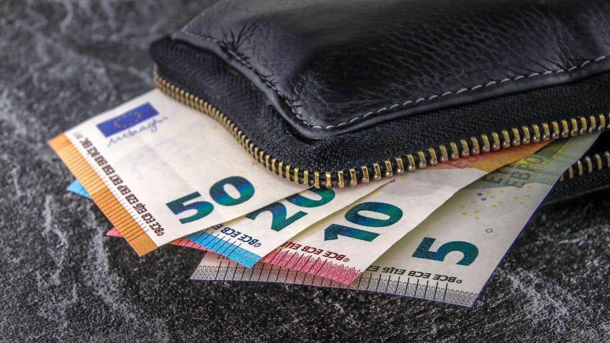 Le rubano uno zaino pieno di soldi: pochi giorni un'incredibile scoperta