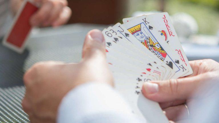Si torna a giocare a carte nei bar