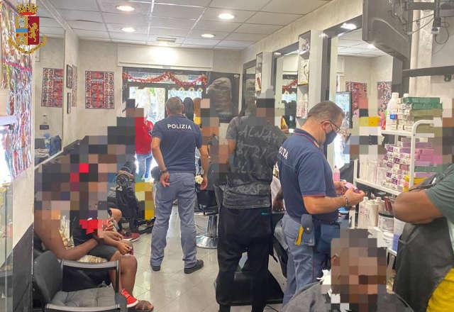 15 persone in 25 mq: chiuso locale