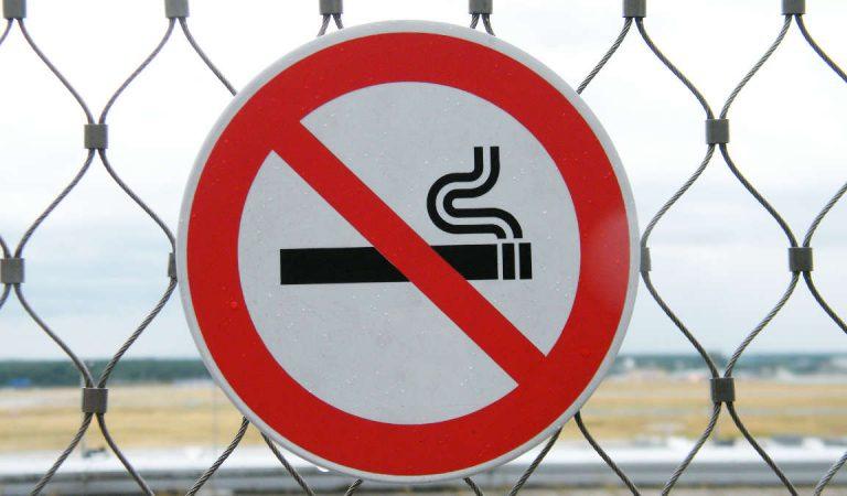 Tempi duri per chi fuma all'aperto a Torino: i nuovi divieti