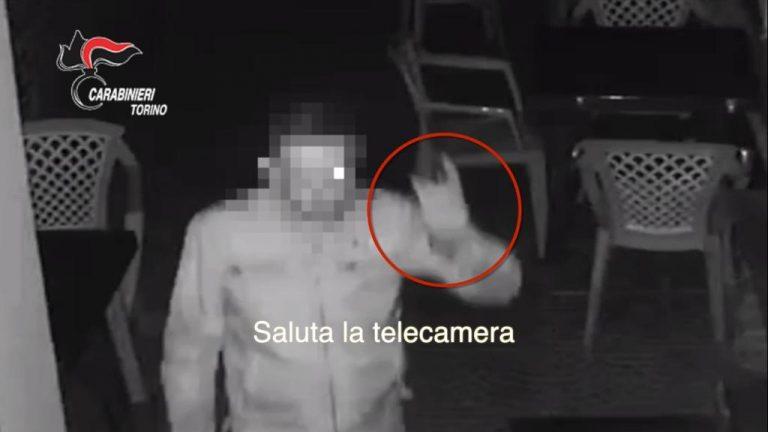 Ladro saluta la telecamera: arrestato