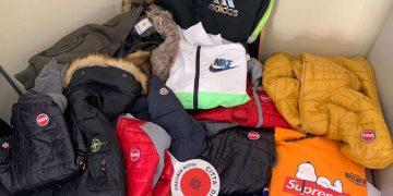 Capi d'abbigliamento contraffatti al mercato di Torino