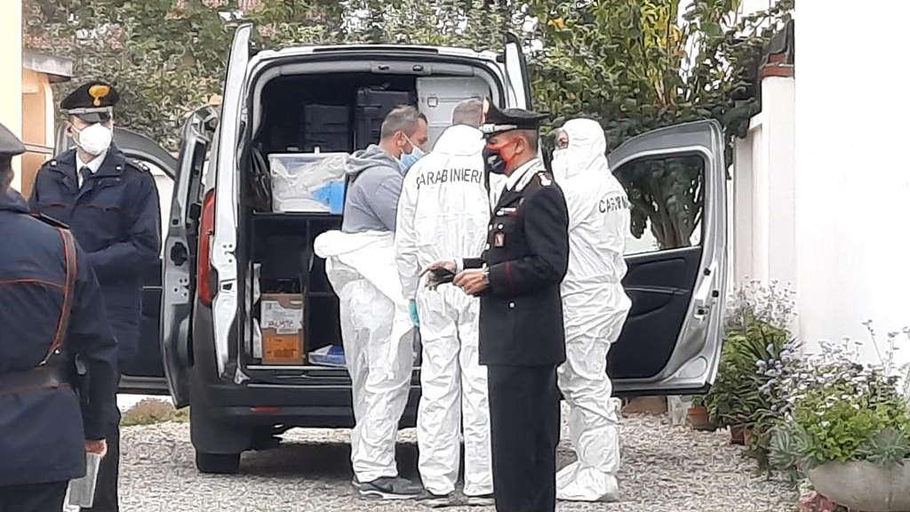 Donna trovata morta accoltellata in casa
