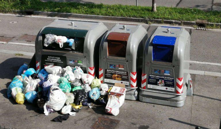 Ecoisole Smart a Torino? L'immondizia si accumula per terra