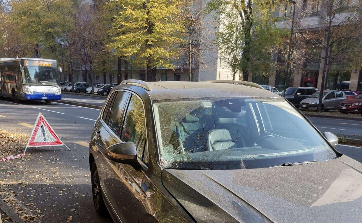 Travolto mentre raccoglie foglie a Torino