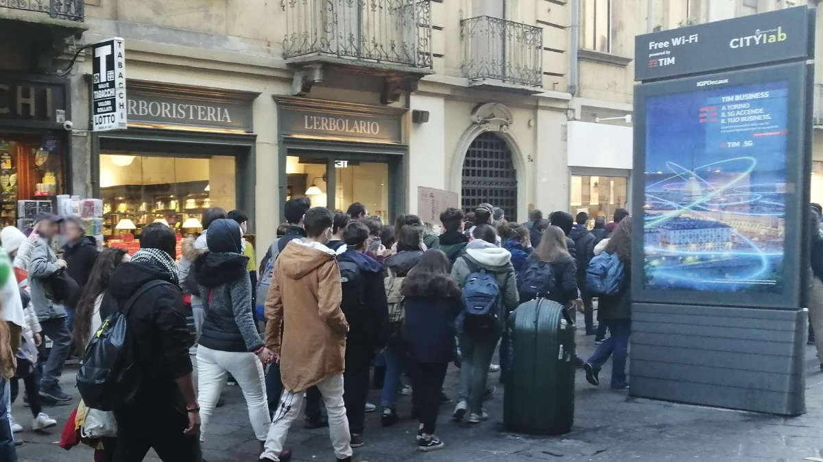Folla a Torino per lo shopping natalizio