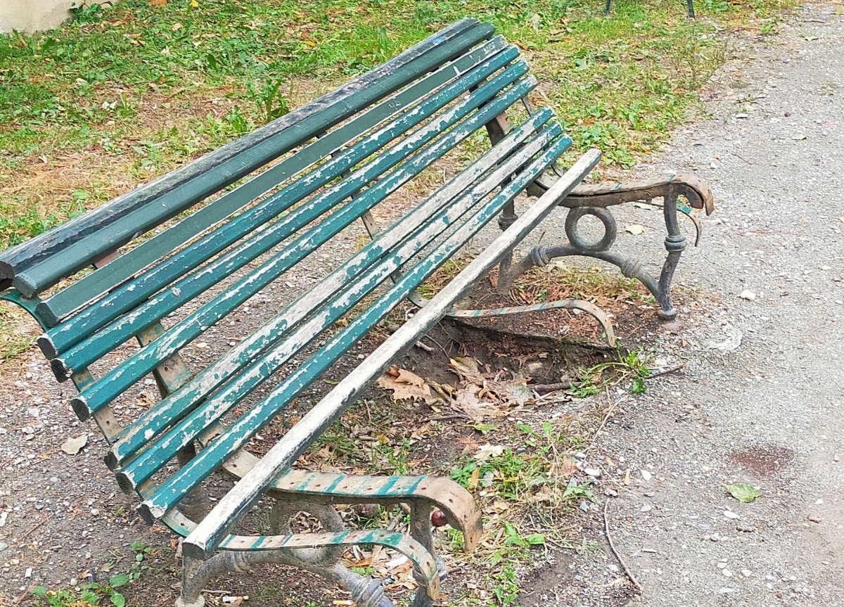 Panchine distrutte al Parco della Tesoriera