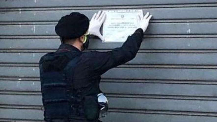 Negozio chiuso dai carabinieri a Torino