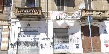 Lo stabile occupato dagli anarchici in corso Giulio Cesare a Torino