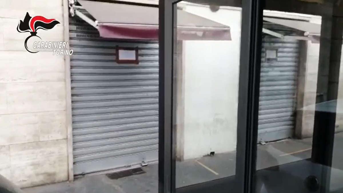 Bar chiuso dai carabinieri a Torino