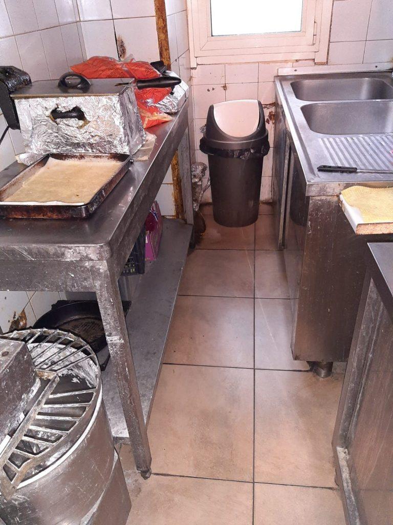 L'interno della pizzeria kebab di piazza Bengasi