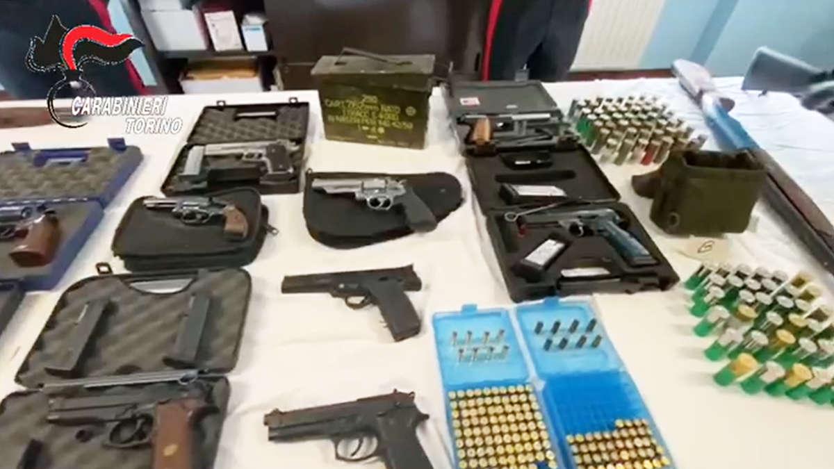 L'arsenale di armi scoperto dai carabinieri