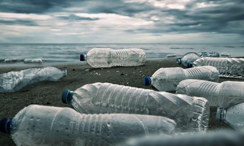 Plastica su una spiaggia